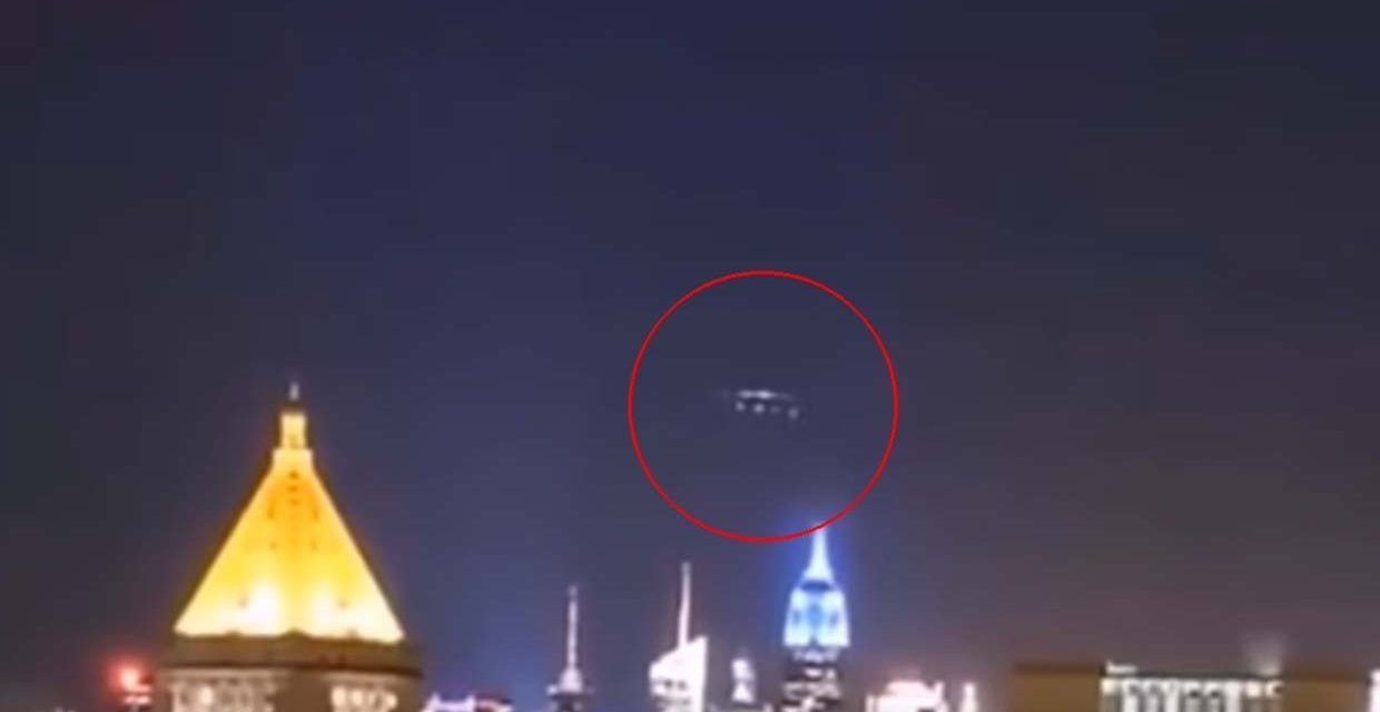 A video shows a UFO formation at the moment when a mysterious blue light illuminates New York at night – Infinity Explorers